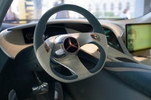 Das Cockpit des Mercedes Benz F125! überzeugt durch geschwungene Linienführung und futuristisches Auftreten.