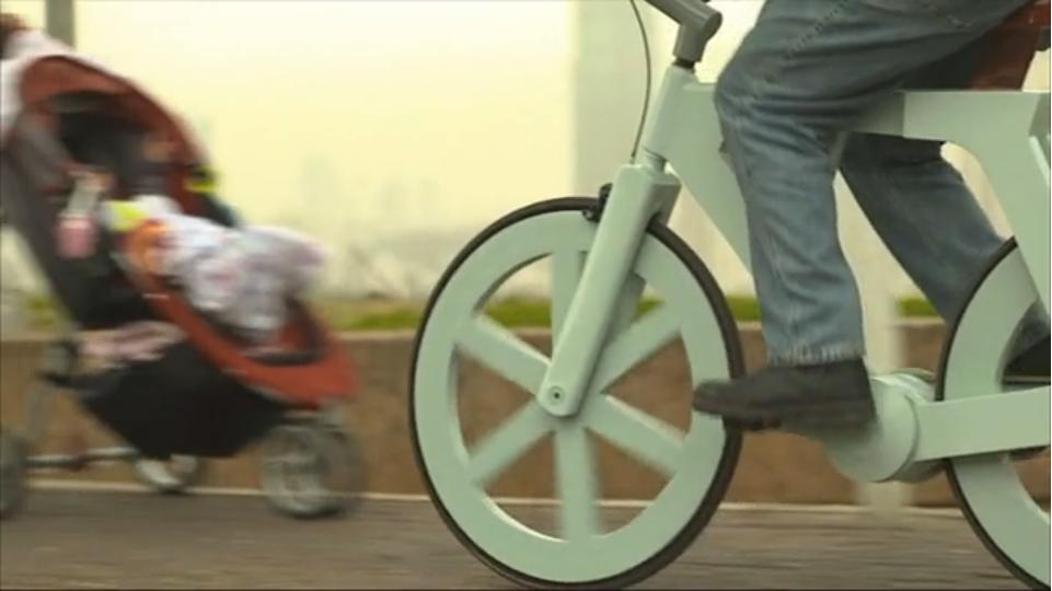 Karton-Fahrrad. Screenshot © Giora Kariv / Vimeo