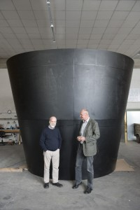 Fritz Mondl (links), Richard Mayerhofer (rechts) vor dem Diffusor der Strom-Boje 3 © Martin Skopal