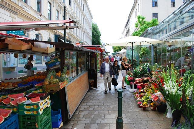 """Kutschkermarkt. Der Kutschkermarkt ist ein Wochenmarkt im 18. in der Kutschkergasse. Der Straßenmarkt hat sich auf saisonale Produkte spezialisiert. Zweimal im Jahr gibt es dort den """"Genusspfad"""" - sehr empfehlenswert."""