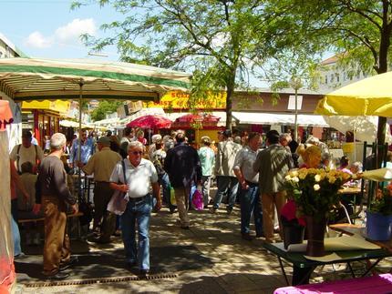 Meidlinger Markt. Der Meidlinger Markt sorgt für ein intenationales, fast orientalisches Lebensgefühl - und ist bekannt für frische Waren von Bauern aus der Umgebung.