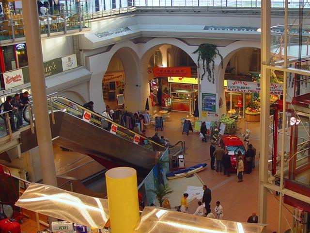 Meiselmarkt. Der einzige Wochenmarkt und Bauernmarkt Wiens, der überdacht ist: er wurde Teil eines neuen Einkaufszentrums.