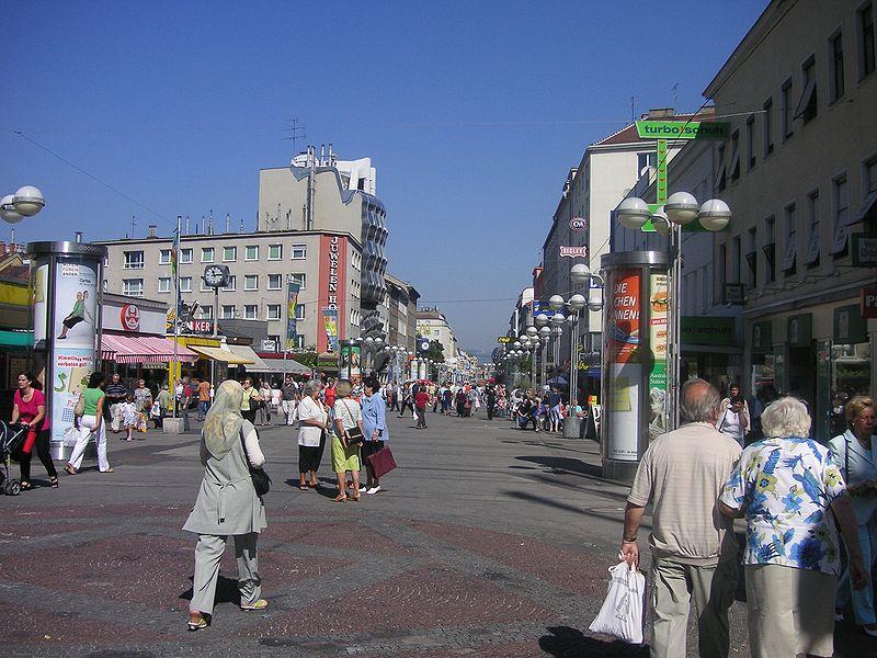 Viktor Adler Markt. Einer der größten: der Viktor Adler Markt in Wien X. Dieser Markt ist ein wichtiges Zentrum Favoritens. Er führt ein reiches Sortiment und bietet südlich des eigentlichen Marktplatzes noch einen zusätzlichen Bauernmarkt in der Leibnitzgasse.