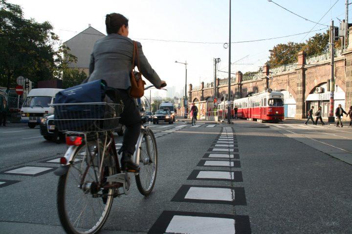 Schnell, sauber und sicher an den gestauten Autos vorüberziehen: Am Gürtelradweg heißt es aufpassen auf Fußgänger. Copyright: Bezirksvorstehung 6