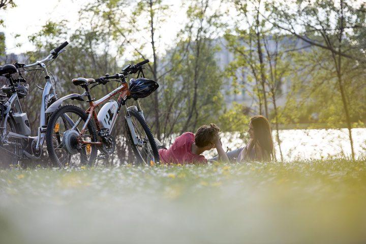 Quer durch die ganze Stadt, und das ohne Autos: Die Donauinsel ist ein künstlich gestaltetes Freizeitparadies in Wien - und Wiens schönste Radfahrstrecke. Copyright: WIENER WILDNIS
