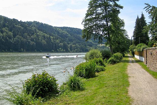 Der historische Treppelpfad als Donauradweg ist beliebt. Die Strecke hat ausgzeichneten Ruf bei Radfahrern aus aller Welt.