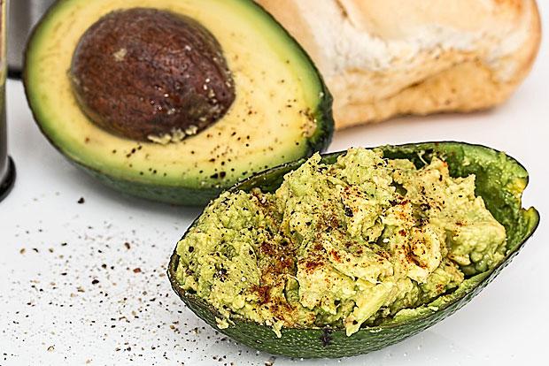 Avocados: Können halbiert und entkernt eingefroren werden oder zerstampft mit etwas Zitrone vermischt