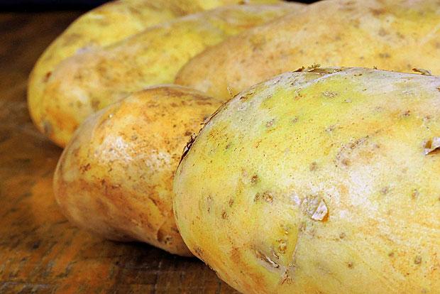 Kartoffel: Hier scheiden sich zwar die Geister, doch grundsätzlich lassen sich auch Kartoffel einfrieren. Am besten als fertig gekochte, pürierte Suppe oder als Püree.