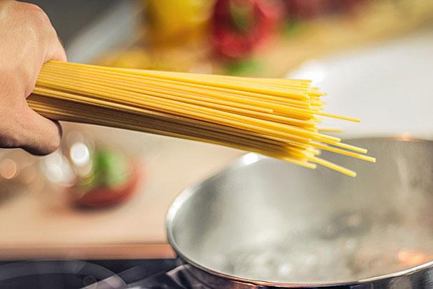 Gekochte Pasta und gekochter Reis: Im luftdichten Behälter einfrieren, dann auftauen und mit etwas Wasser aufwärmen.