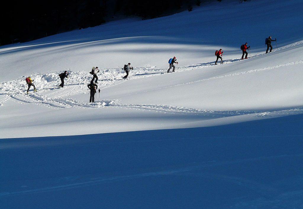 2. Mach Sport im Freien - das geht auch im Winter. Geh zum Beispiel eine Runde laufen oder eine Skitour.