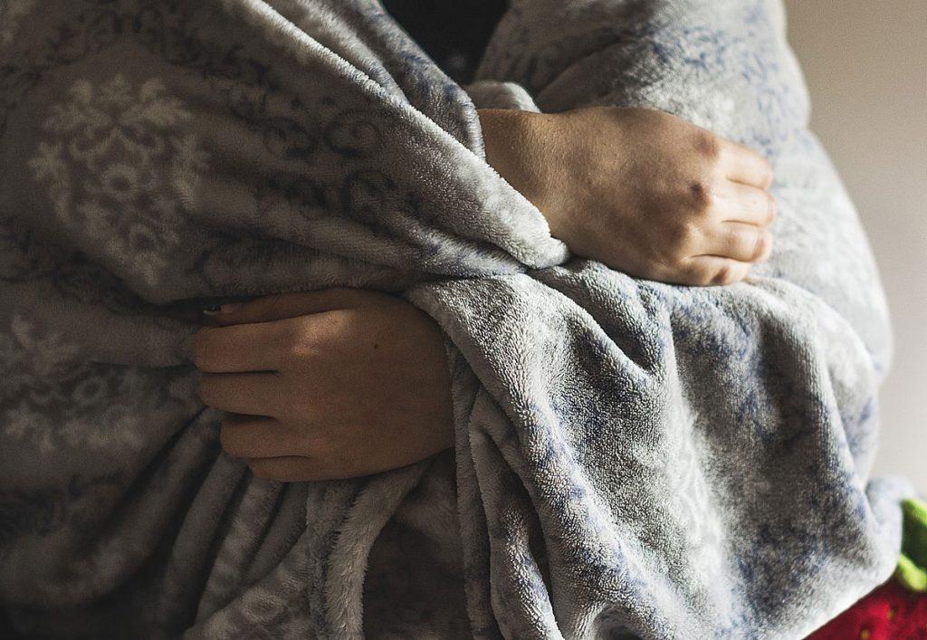 4. Kuscheln. Körperkontakt schafft Wohlbefinden. Gerade die kalte Jahreszeit eignet sich wunderbar für gemeinsame Abende auf der Couch.