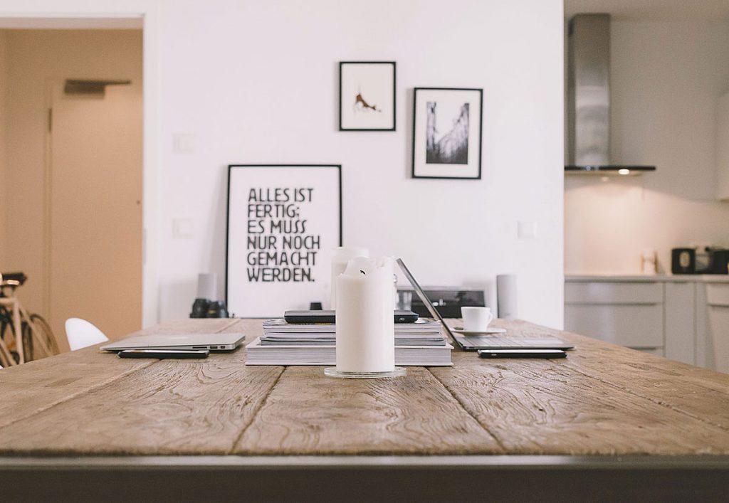 5. Umdekorieren. Wenn du deine Wohnräume wohnlicher gestaltest, schaffst du dir auch seelisches Wohlbefinden.