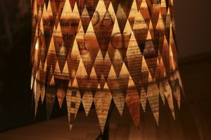Ein stimmungsvoller Lampenschirm aus Zeitungspapier., Fotocredit: Laurel Koeniger