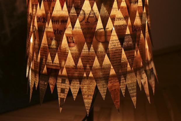 Stimmungsvoller Lampenschirm aus alten Zeitungen Energieleben