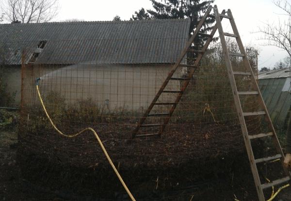 """Bewässerung des Biomeiler - Photocredit: Verein """"Die LoBauerInnen"""""""