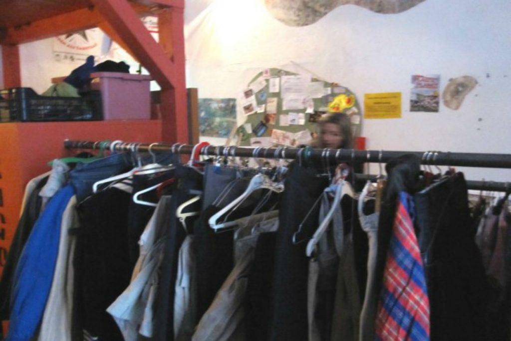 Im Kostnix-Laden darf jeder geben und nehmen, was er oder sie möchte – Foto: Kostnix-Laden