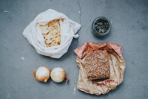 Vom Brotbacken sind wir mittlerweile abgekommen. Brot kaufen geht aber auch ohne Plastik.