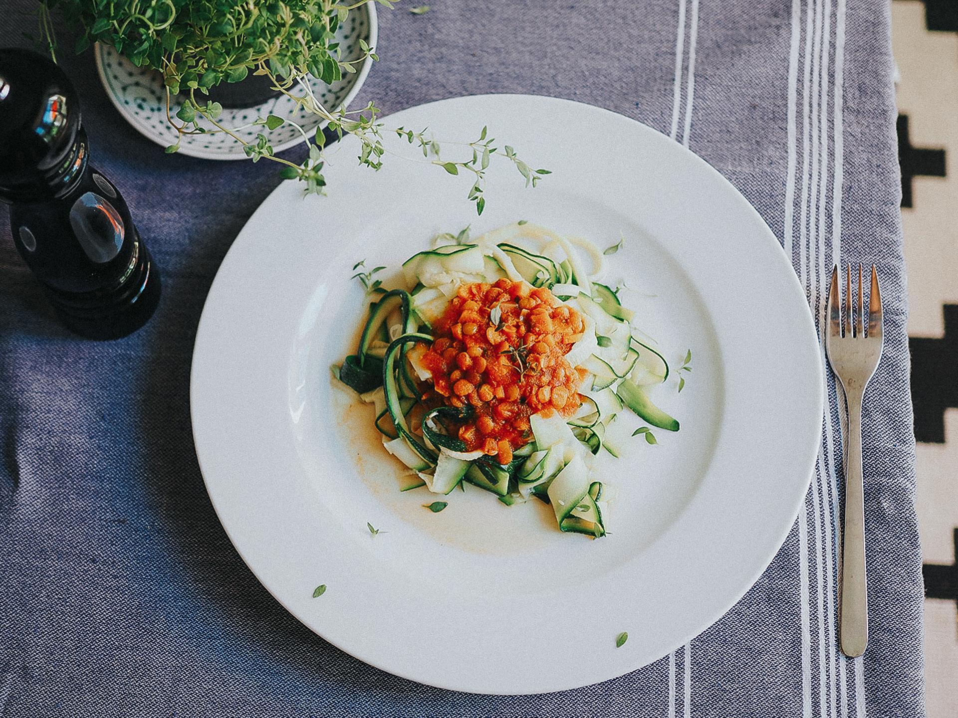 Bolognese aus Linsen und Nudeln aus Zucchini. - Fotocredit: Mira Nograsek