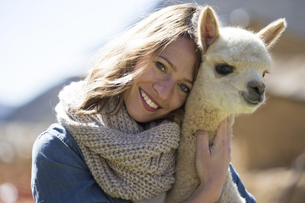 Susanne Frühmann strickt für beanie.at ausschließlich mit Alpaka-Wolle. -Fotocredit: Markus Frühmann/lefti.at