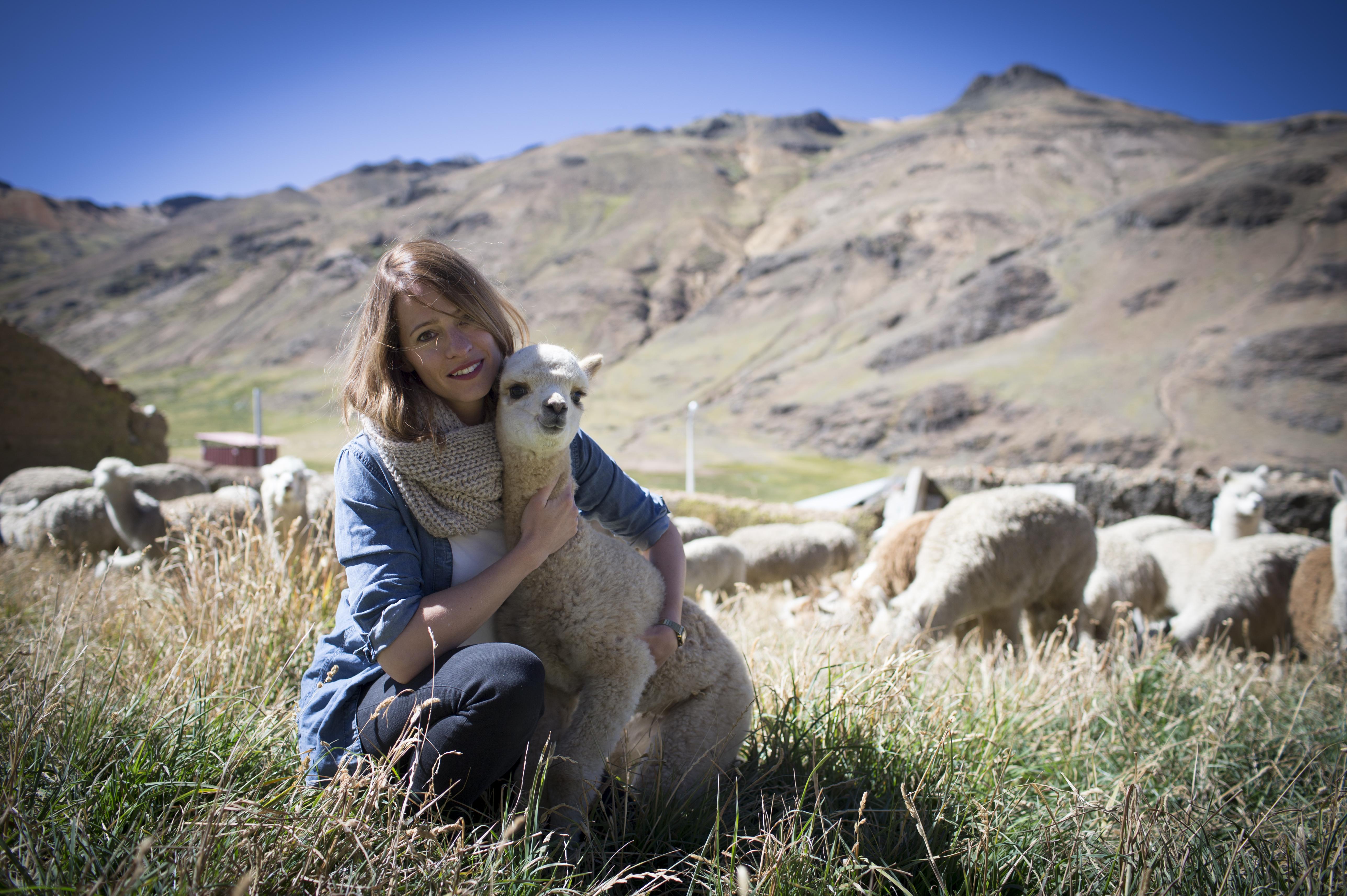 Susanne Frühmann wollte wissen, woher die Wolle kommt, mit der sie ihre Kollektionen strickt. -Fotocredit: Markus Frühmann/lefti.at