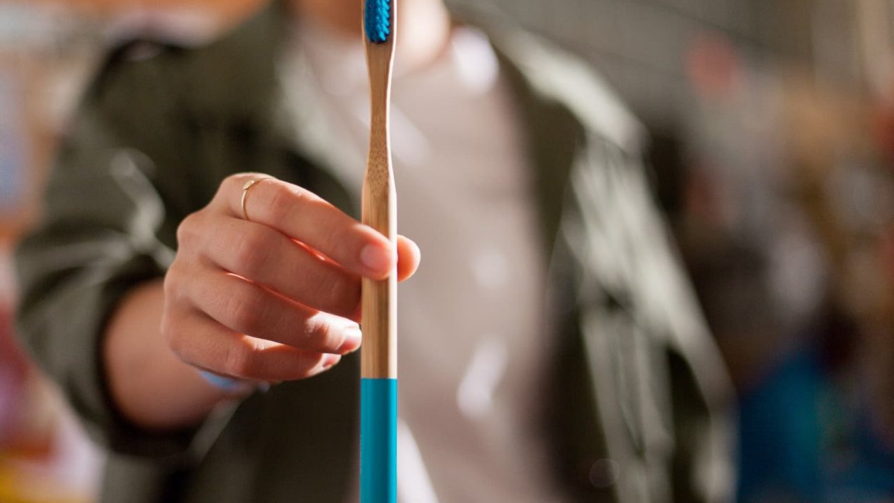 Und auch die Einnahmen bei Hydro Phil - einer Zahnbürste aus Bambus, die zu 100% recycelbar ist, gehen zum Teil an Viva con Agua. -Fotocredit: Tessi Lehner Photography