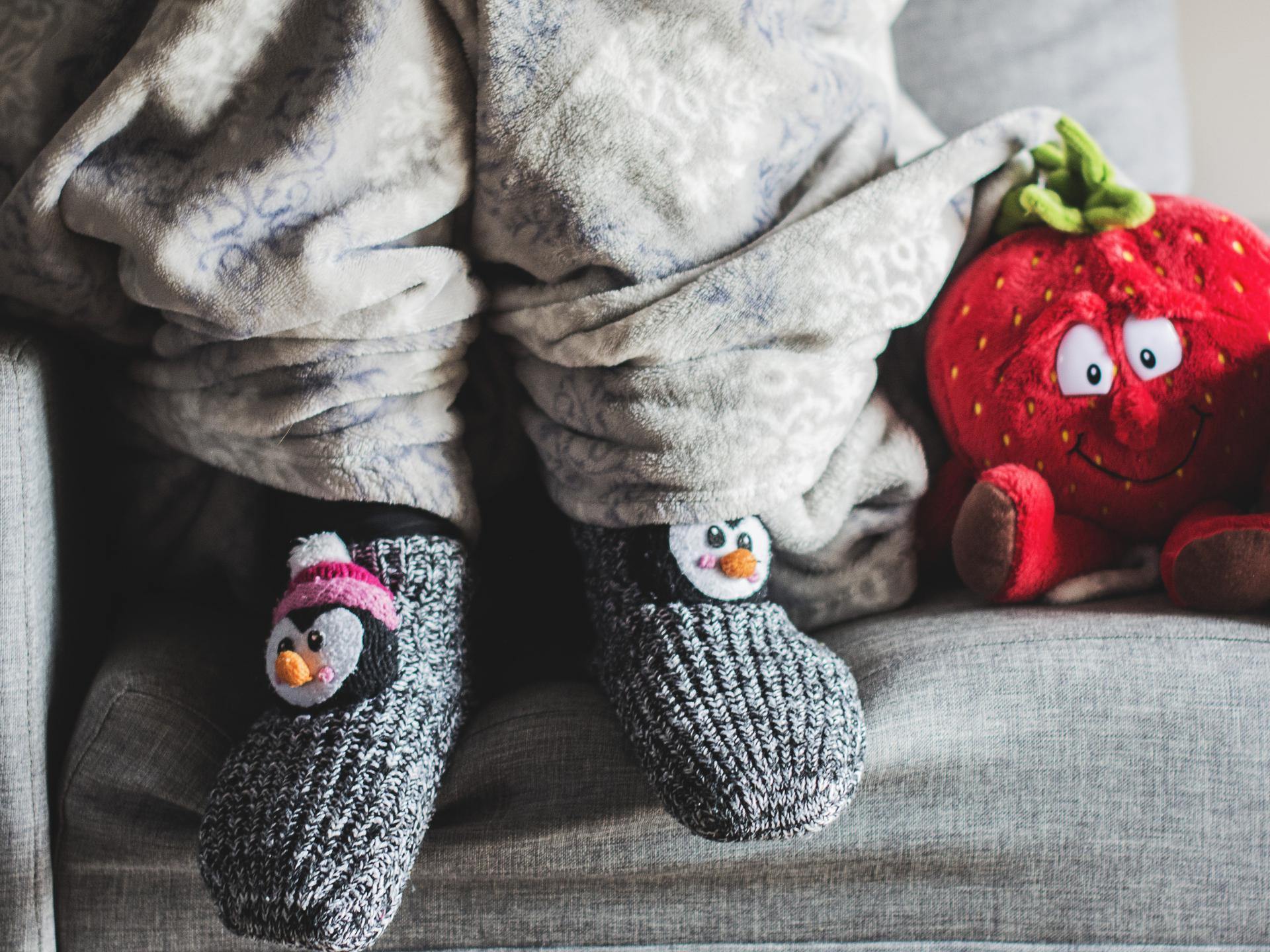 Warme Socken anziehen und in eine Decke einwickeln kann bei weniger stark geheizten Räumen eine ideale Lösung sein. - Photocredit: pixabay.com/Katrina_S