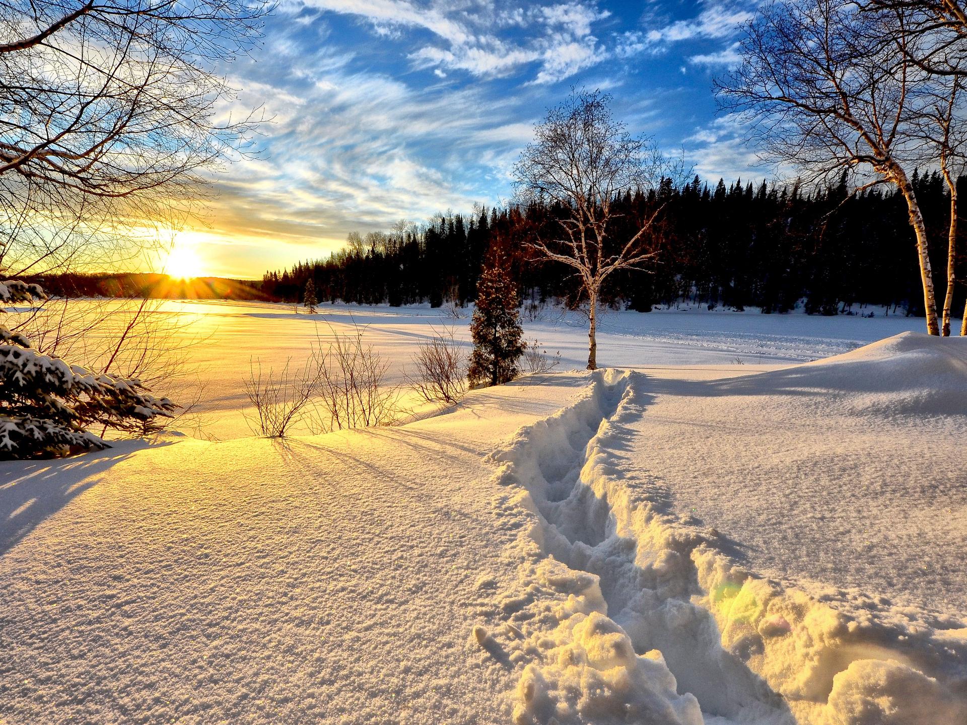 Ein Spaziergang im Winter hat oft eine ganz besondere Magie. Und dann ist die Kälte plötzlich auch nicht mehr so relevant. - Photocredit: pixabay.com/AlainAudet