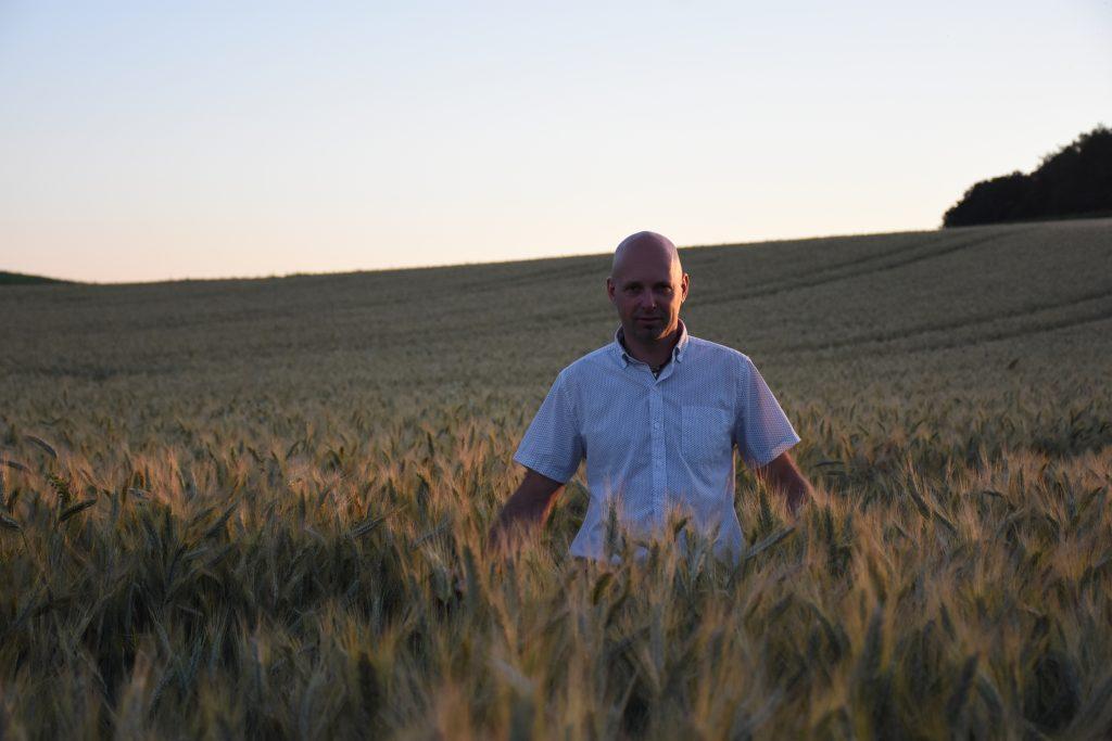 Bio-Bauer und Trinkhalmhersteller Daniel Auinger in seinem Element
