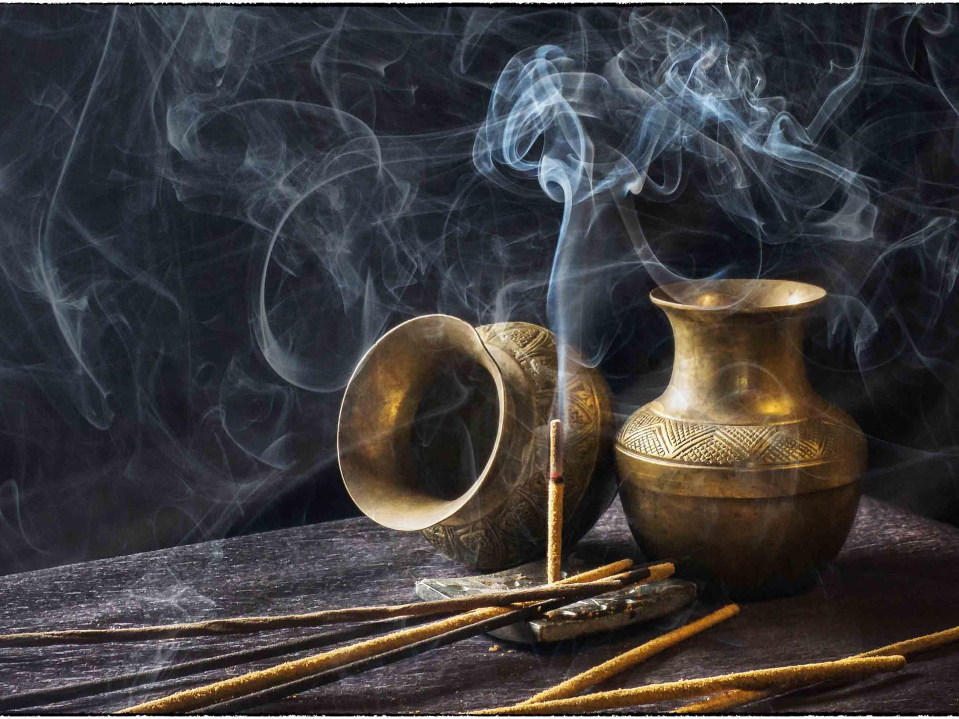 Räucherwerk und Gerüche sind sehr häufig mit unterschiedlichen Ritualen verbunden. - Photocredit: pixabay.com/4174332