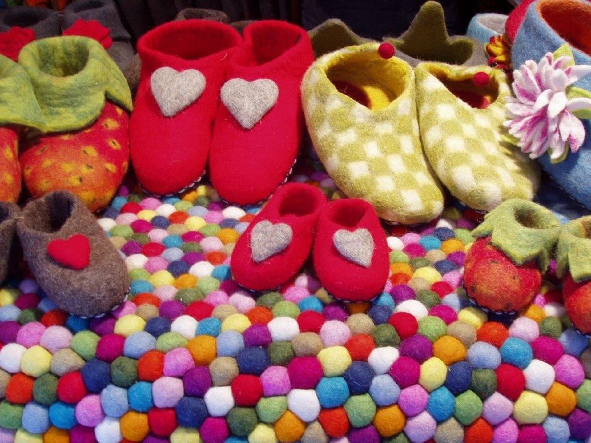 Beim Filzen sind der Kreativität keine Grenzen gesetzt. Aber nicht nur Hausschuhe, sondern auch Jacken oder Ponchos können genau die richtige Wahl für den Winter sein. - Photocredit: pixabay.com/RitaE