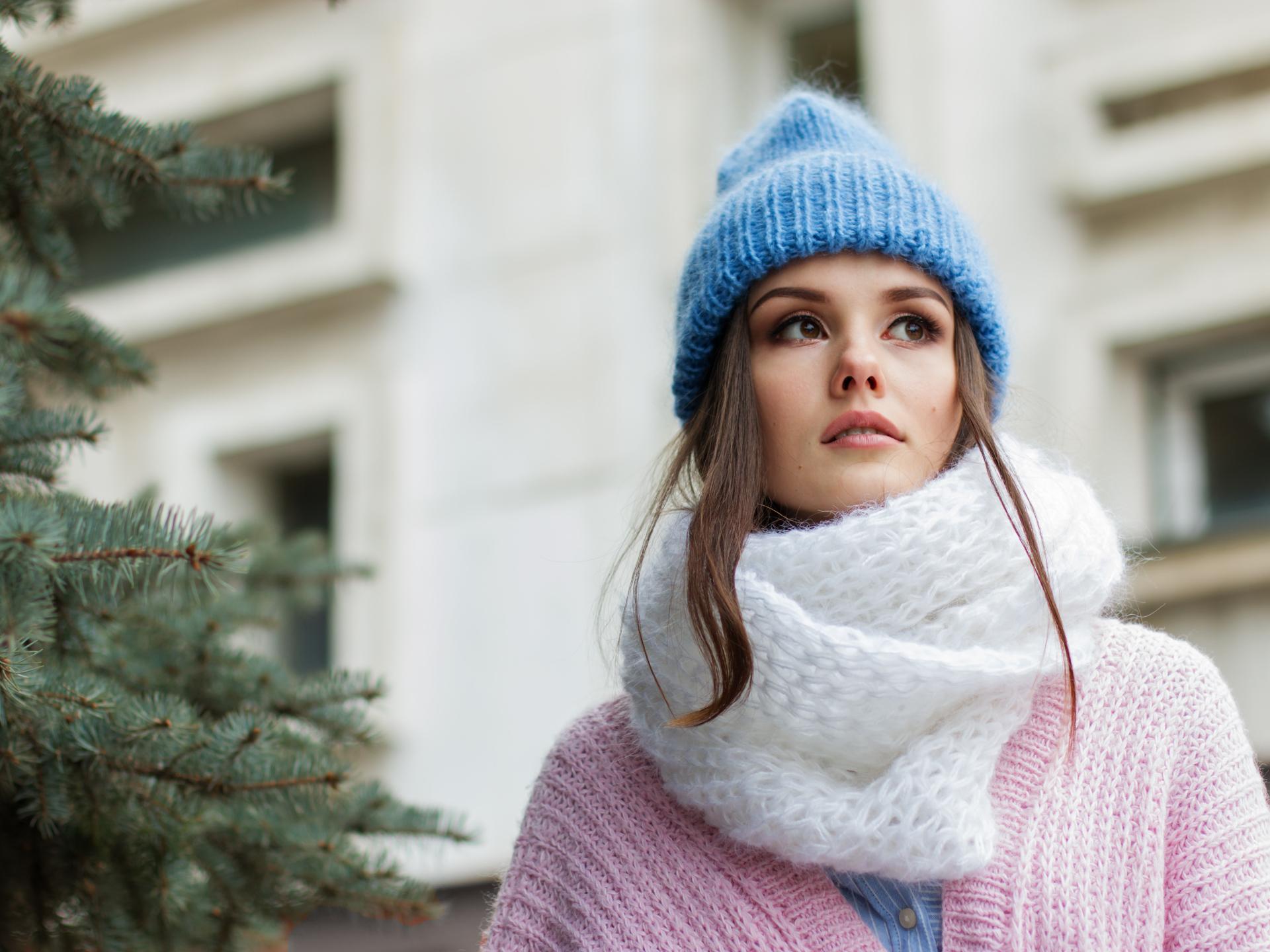 Alles was man im Winter zum warm halten braucht, bekommt man in gestrickter Form. Egal ob Haube, Schal, Jacke oder lange Unterwäsche. - Photocredit: pixabay.com/nastya_gepp