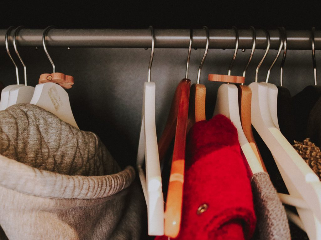 Kleiderschrank aufräumen ©Laurel Koeniger