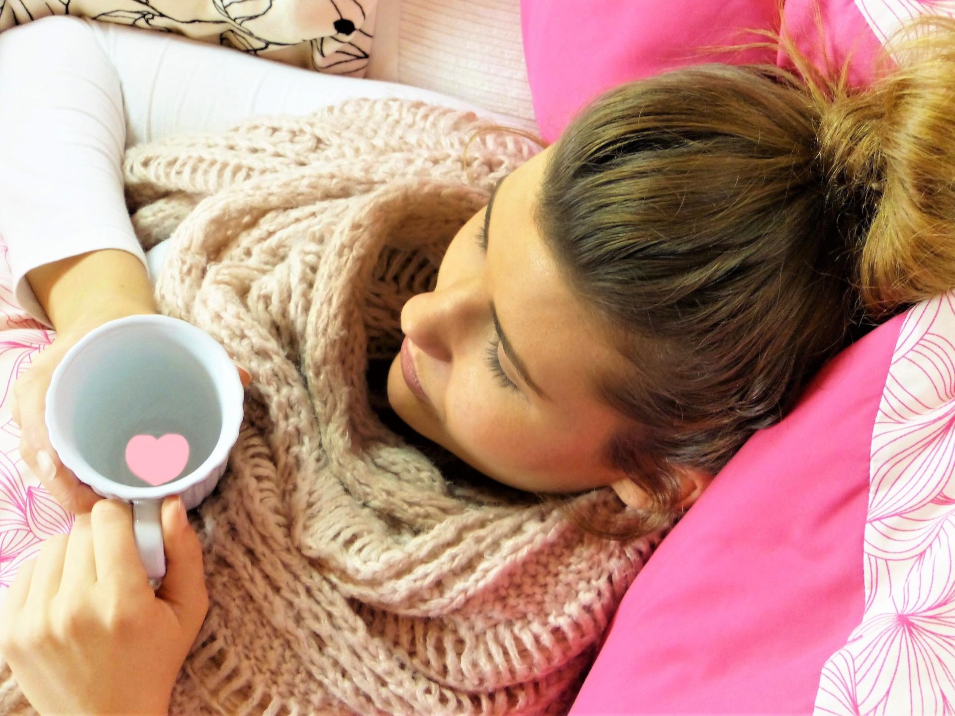 Auch gemütlich mit Tee oder Kakao auf der Couch liegen kann präventiv wirken. - Photocredit: pixabay.com/silviarita