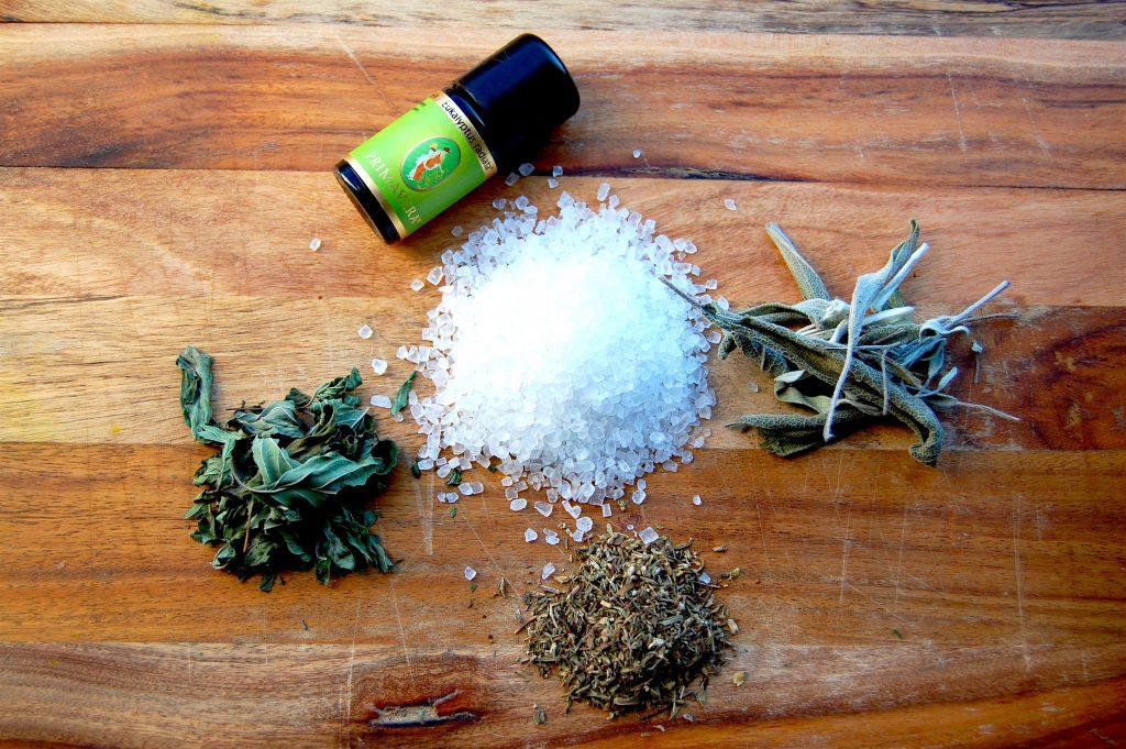 Kräuter und Salz sind die wichtigsten Zutaten für das DIY Erkältungs-Badesalz - Fotocredit: Valerie Jarolim