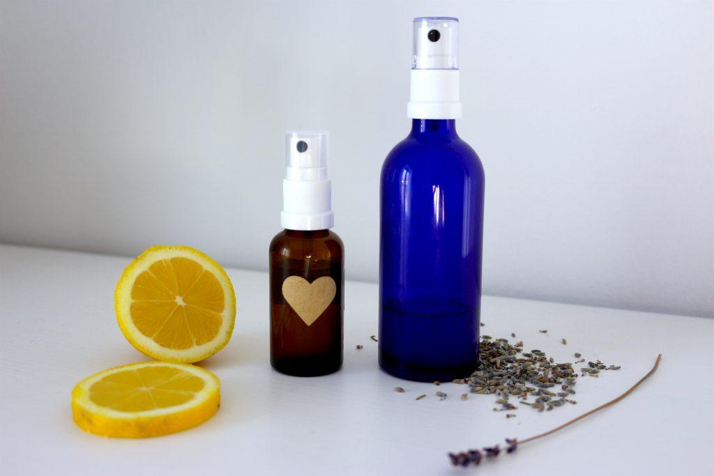 Selbstgemachte Sprays für gute Luft, gute Laune und guten Schlaf. - Fotocredit: Valerie Jarolim