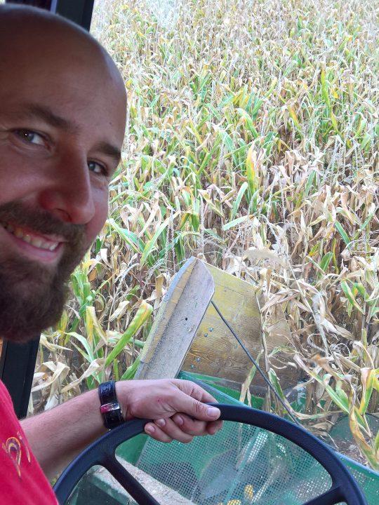 Landwirt Stefan Döller im Mähdrescher bei der Ernte von Mais als Schweinefutter – Foto: © Privat
