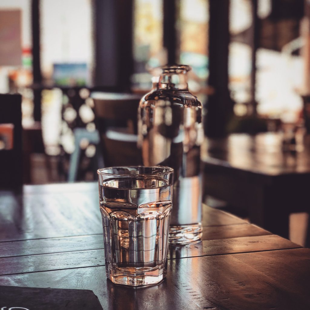 2 Liter Wasser sollte ein Erwachsener pro Tag trinken. -Photocredit: Clint McKoy/Unsplash