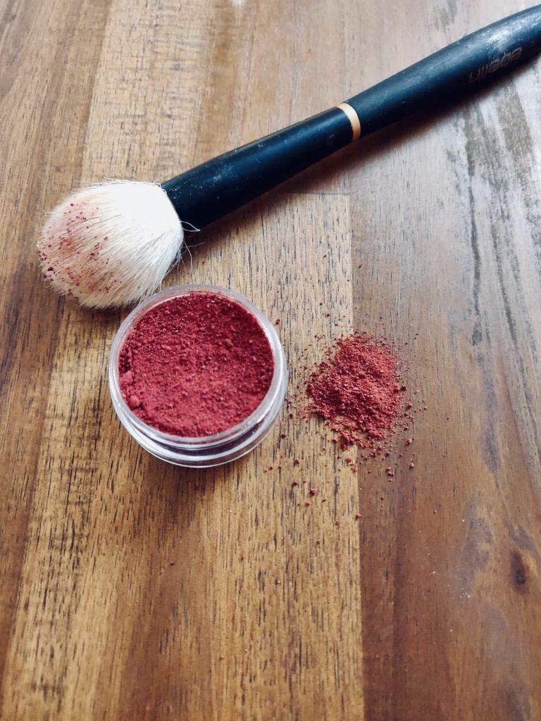 Rouge lässt sich aus wenigen Zutaten ganz einfach selber herstellen. -Photocredit: Meret Brockmanm