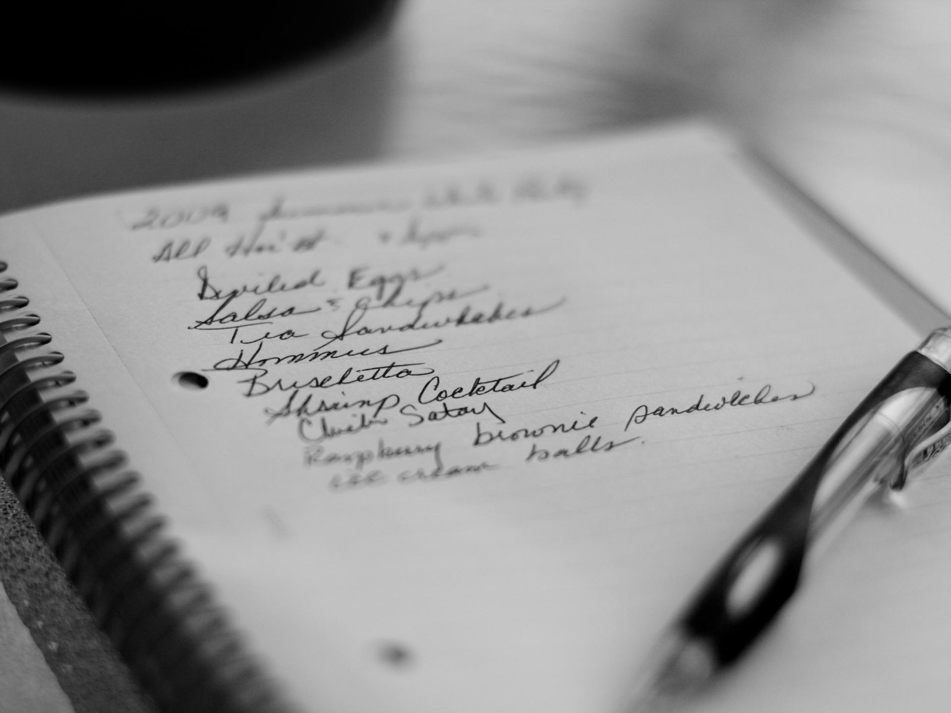 Vor dem Einkaufen oder sogar am Beginn der Woche eine Liste zu schreiben was man braucht, kann auch eine gute Routine sein, die dazu führt, dass Notfall-Einkäufe reduziert werden. - Photocredit: pixabay.com/GamerChef6
