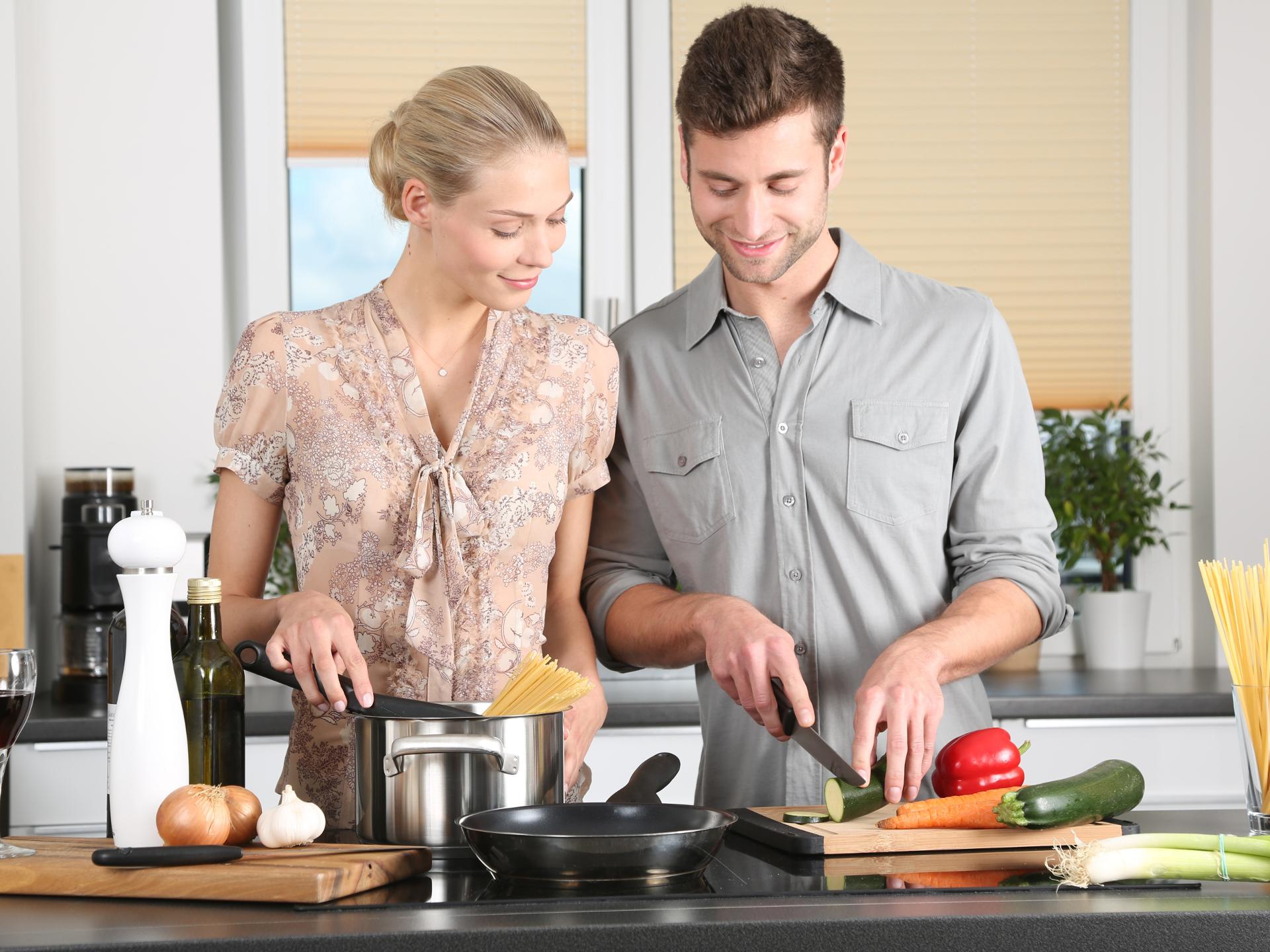 Wenn man sich gemeinsam mit anderen eine Routine überlegt, wie etwa regelmäßig gemeinsam zu kochen, kann das helfen, auch dran zu bleiben, weil es Freude bereitet. - Photocredit: pixabay.com/089photoshootings