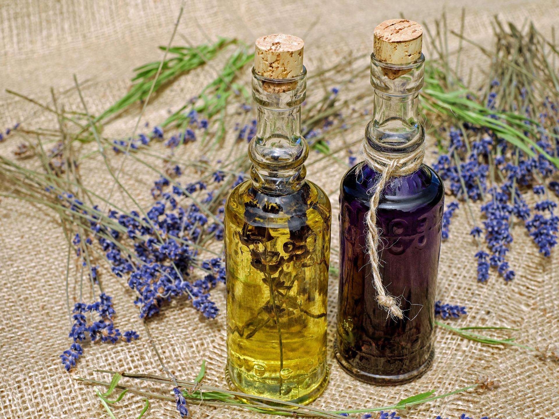 Diverse Öle, wie etwa auch Lavendelöl können als zusätzliche Pflege für die Haare verwendet werden. - Photocredit: pixabay.com/Couleur