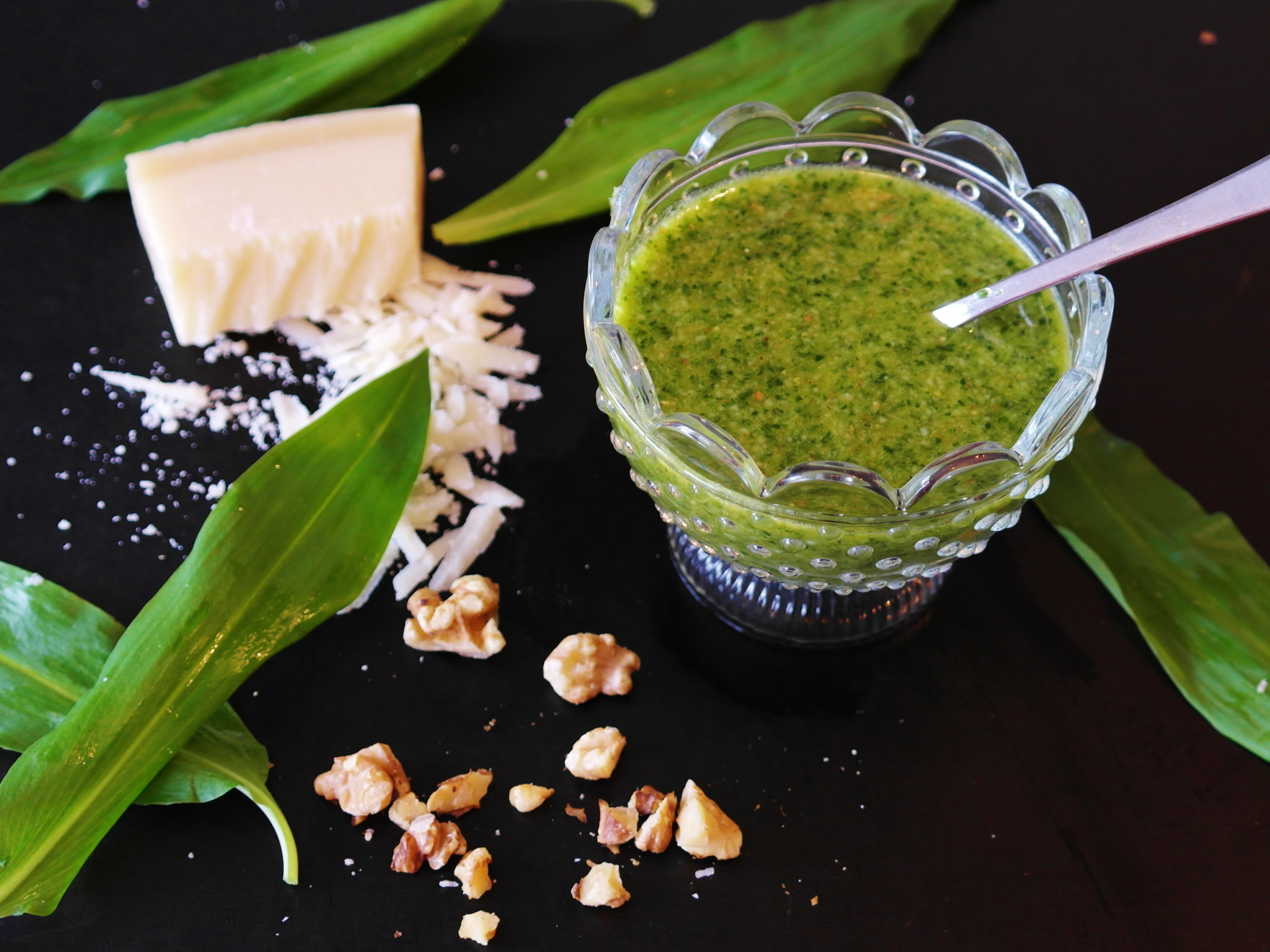 Pesto und Saucen mit Bärlauch sind eine besonders gute Variante für den Verzehr, da der Bärlauch nicht erhitzt werden muss. - Photocredit: pixabay.com/RitaE