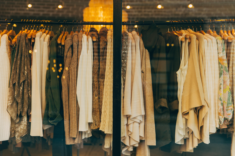 In Wien gibt es mittlerweile viele tolle Geschäfte, in denen es FairFashion zu kaufen gibt. -Photocredit: Hannah Morgan/Unsplash