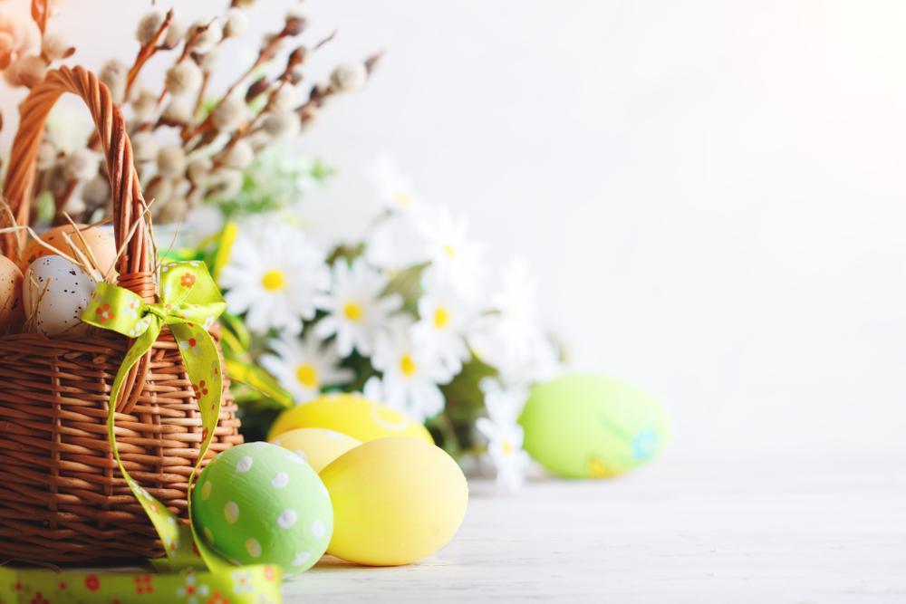 Ostereier mit Blumenstrauß Bildcredit: Shutterstock.com/Nyura