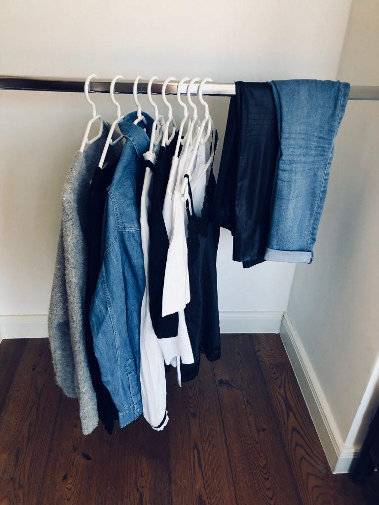 """Die Frage """"Was soll ich anziehen?"""" stellt dich bei einem minimalistischen Kleiderschrank nicht mehr. -Photocredit: Lisa Radda"""