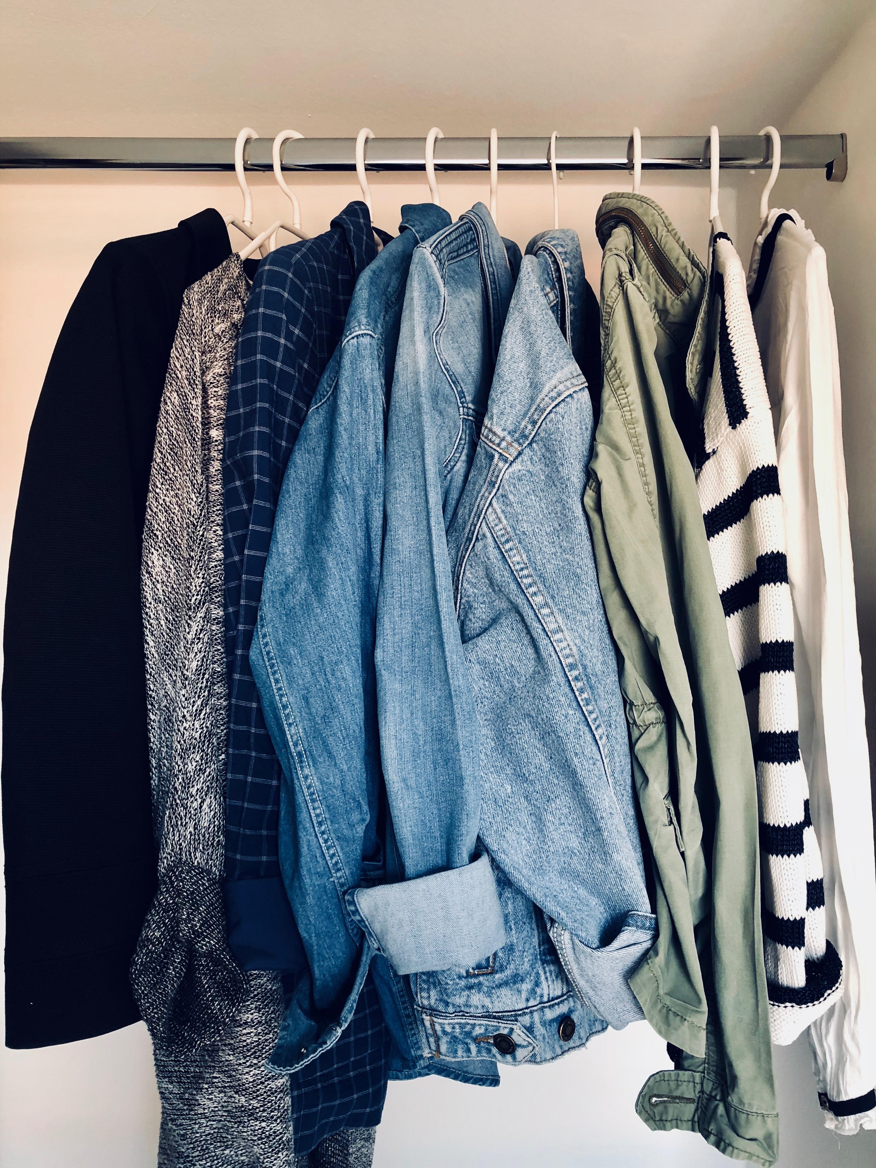 Challenges können dir dabei helfen, deinen Kleiderschrank zu verkleinern. -Fotocredit: Lisa Radda