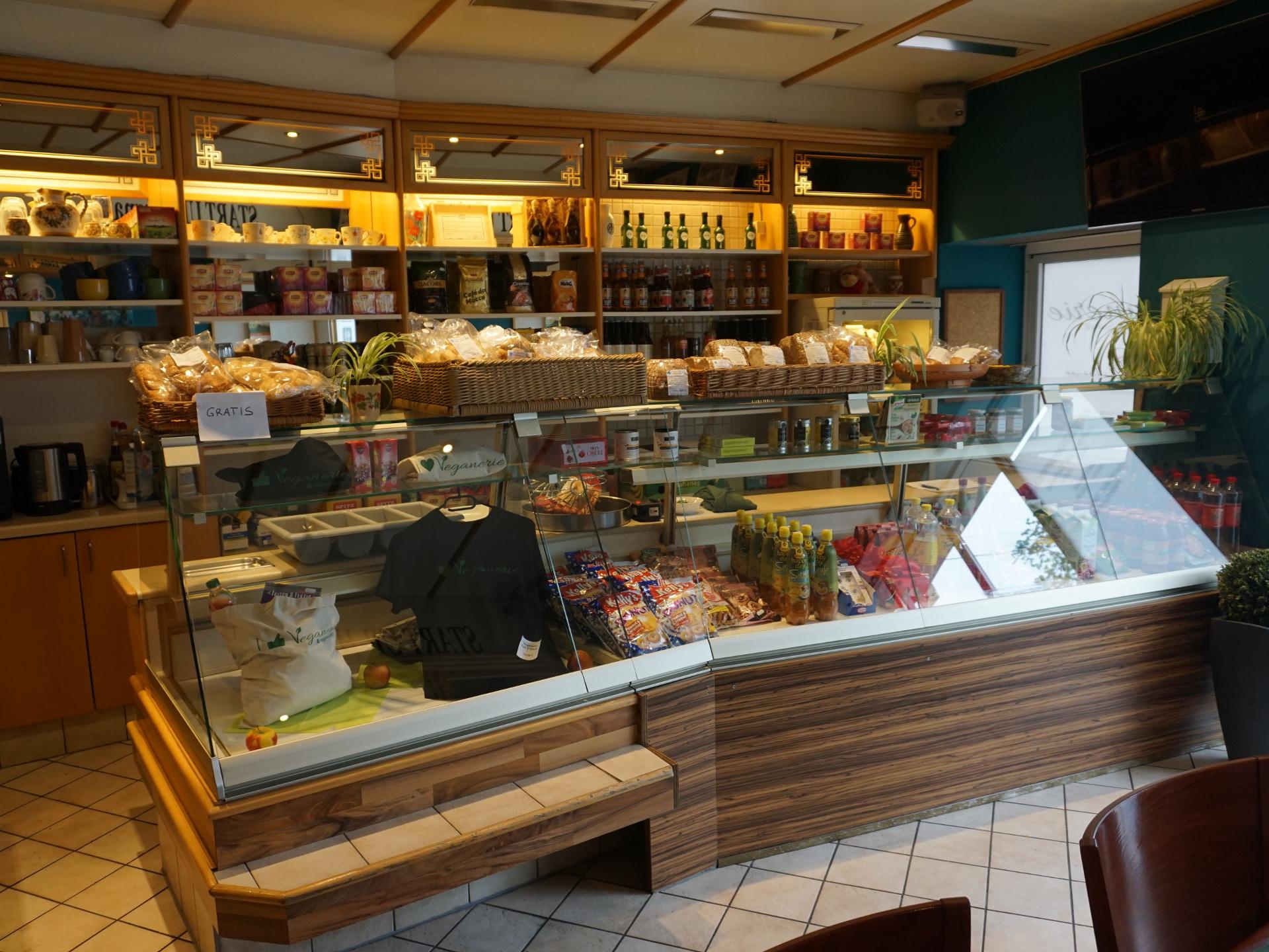 Ein bisschen wie in alten Gasthäusern bekommt man nicht nur frisch gekochtes, sondern auch diverse Waren direkt aus dem Regal oder der Auslage. - Photocredit: Elisabeth Demeter