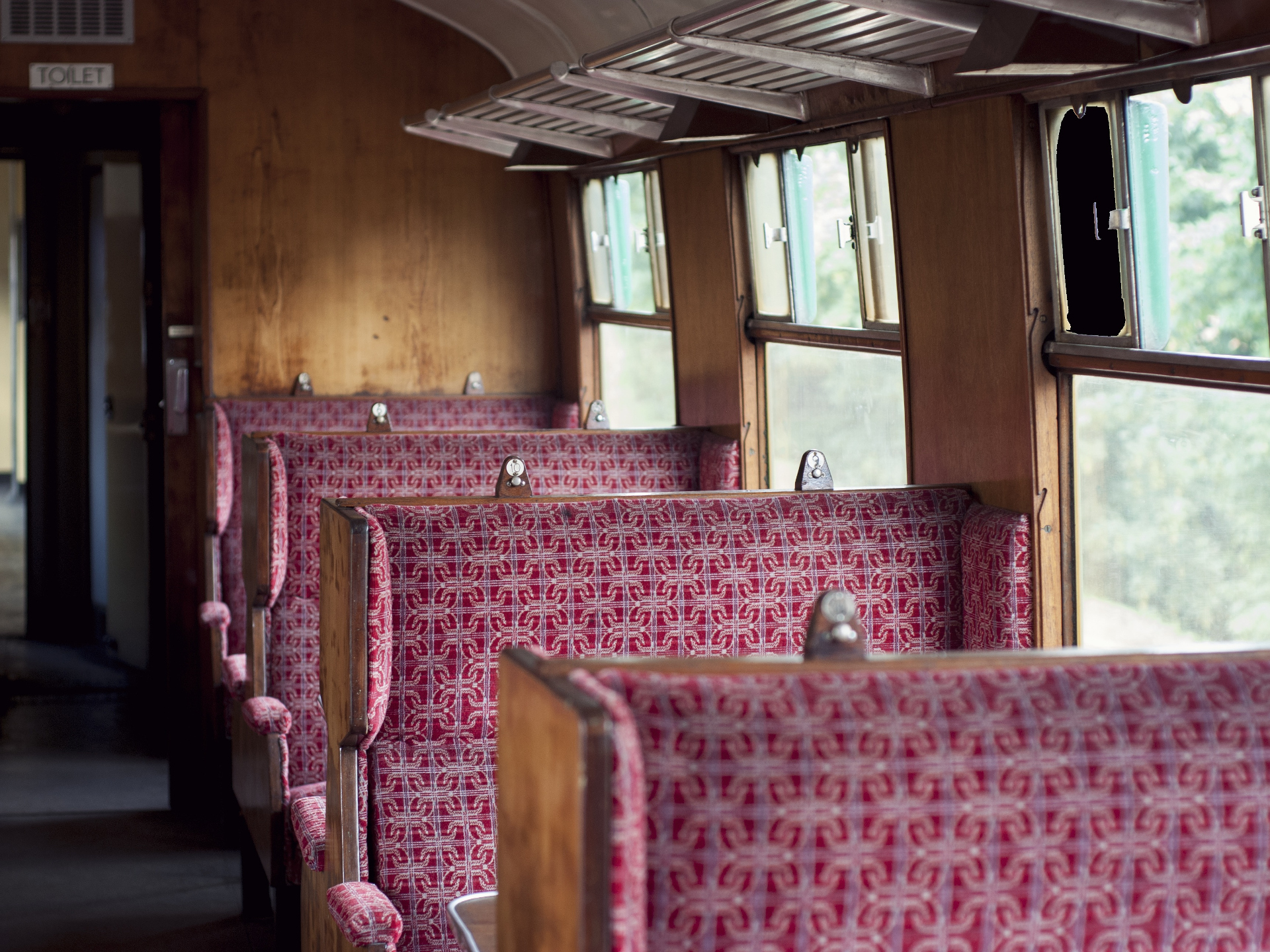 Wie die Sitze beschaffen sind, macht einen großen Unterschied in der Bequemlichkeit. Heutzutage sind aber so gut wie alle Züge mit Kopfstützen ausgestattet und auch nach hinten verstellbar. - Potocredit: pixabay.com/Pexels