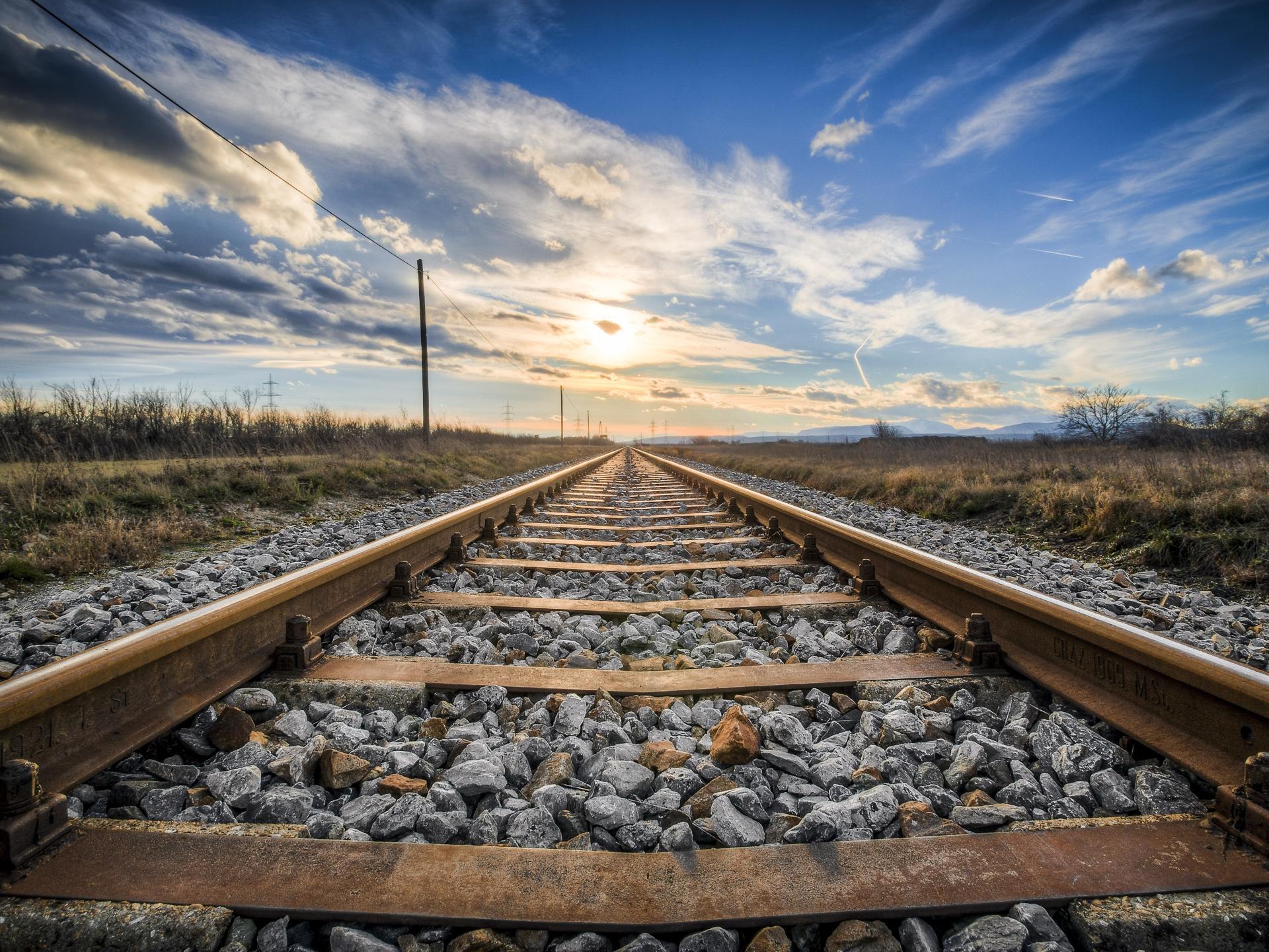 Auch wenn Züge inzwischen oft mit rasender Geschwindigkeit unterwegs sind, sind sie dennoch viel langsamer als Flugzeuge. Dadurch bekommt man von der zurückgelegten Distanz einen besseren Eindruck. - Photocredit: pixabay.com/Fotoworkshop4You