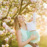 Mutter und Tochter im Garten. Shutterstock.com/veryulissa